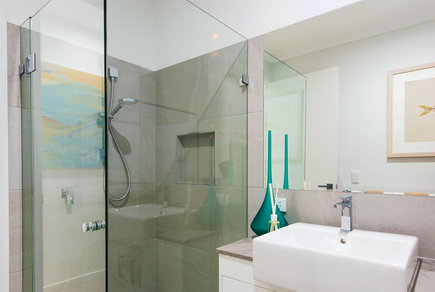 Frameless Shower screen with discreet handle