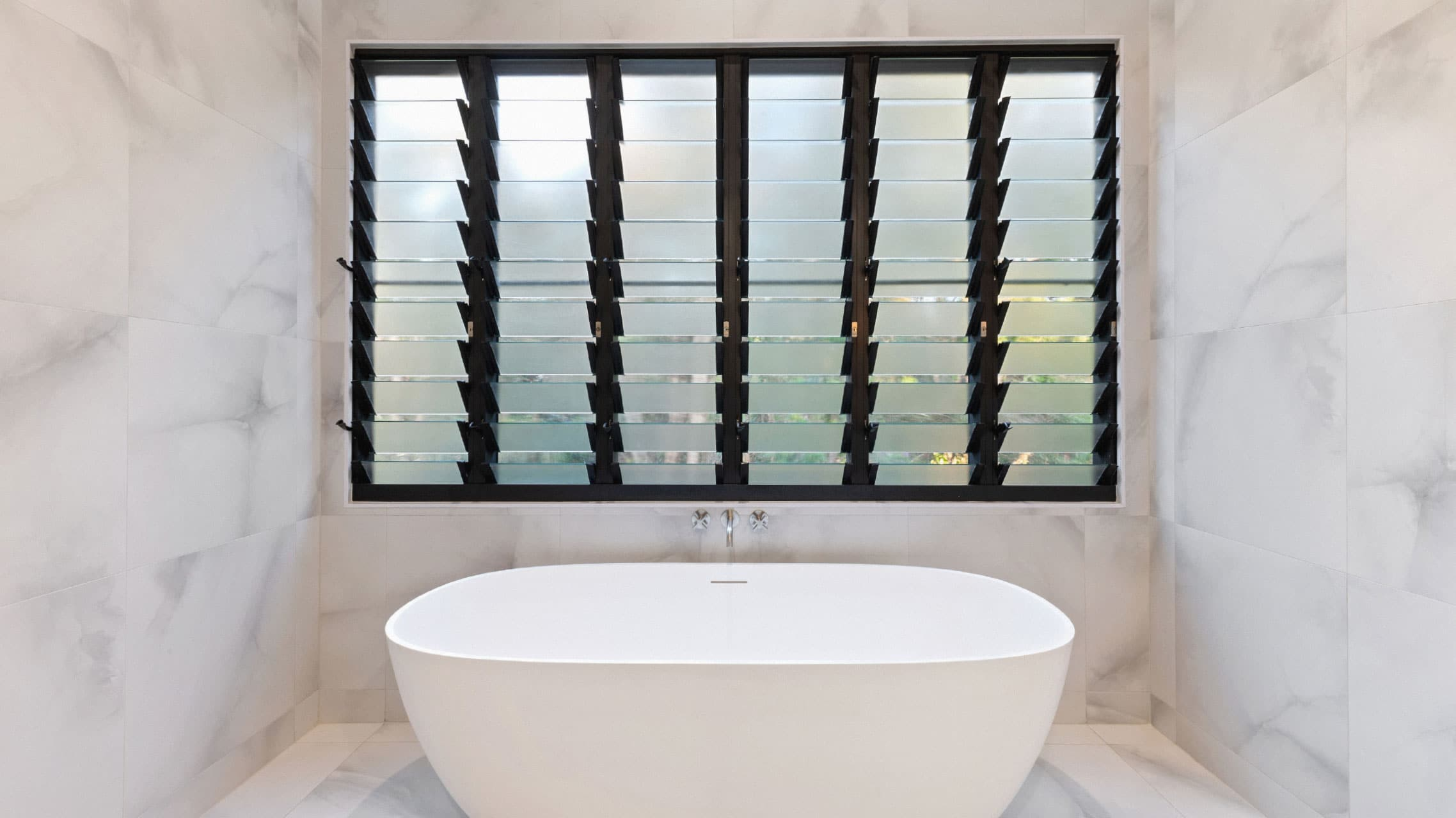 Louvre window with six bays in a bathroom