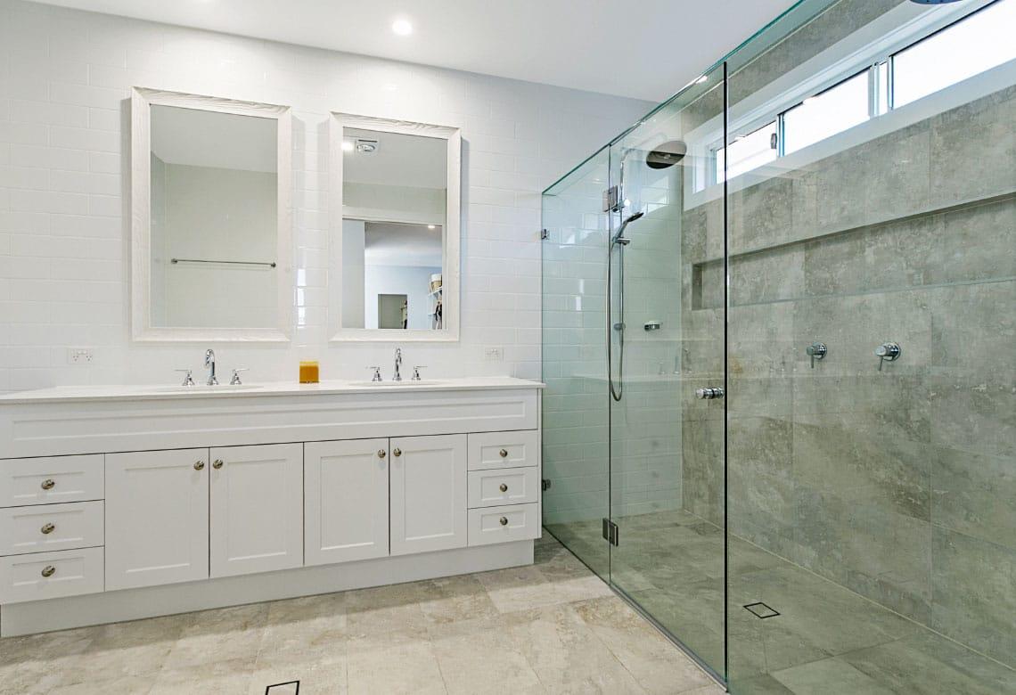 Large frameless shower screen