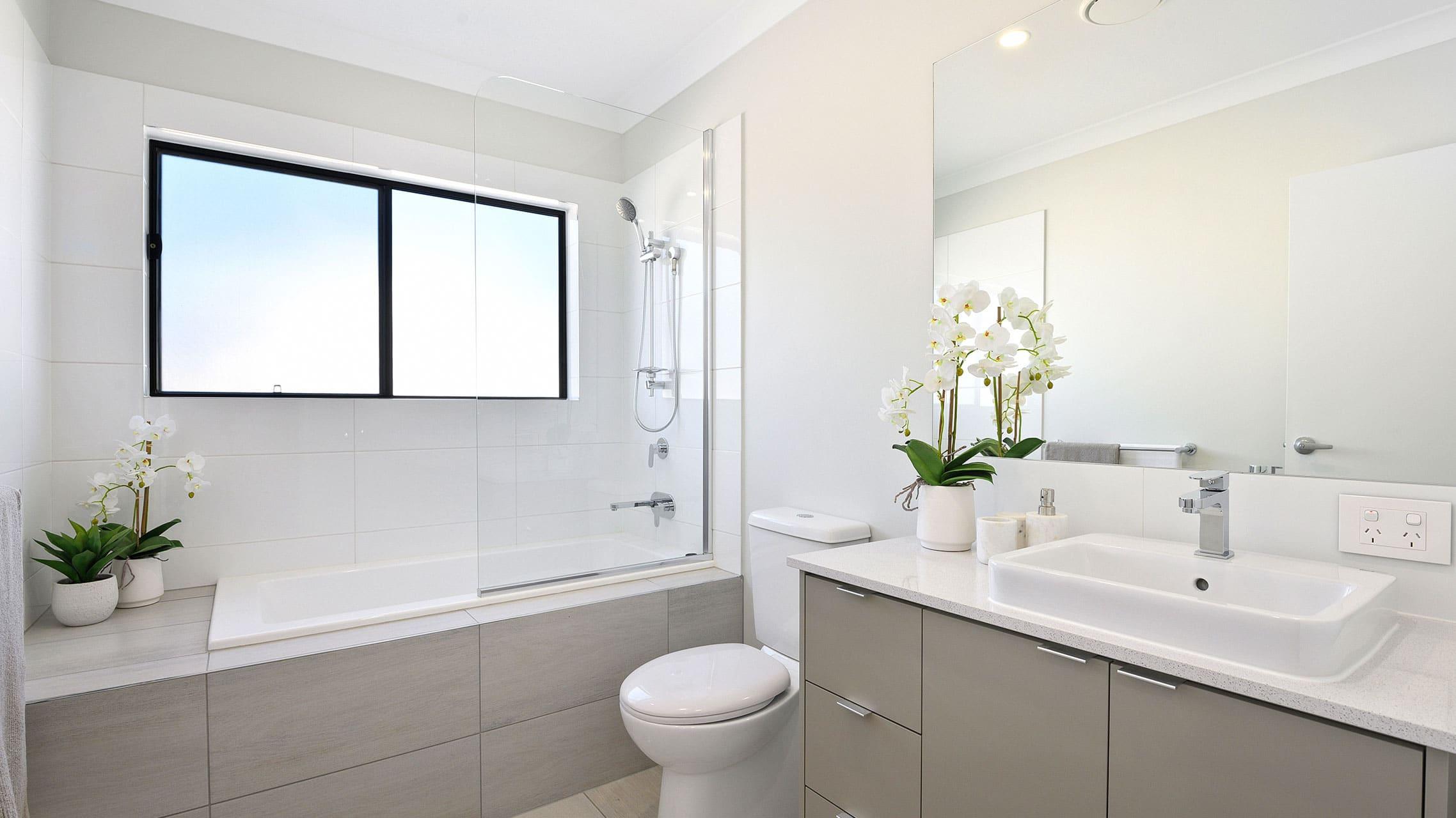 Fixed Shower Screen on a bathtub